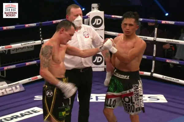 Josh Warrington y Mauricio Lara se dan la mano tras su enfrentamiento