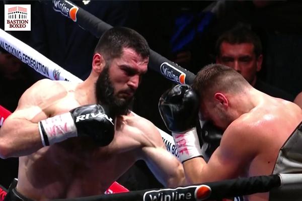Artur Beterbiev golpea a Adam Deines