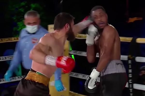 Ruslan Madiyev conecta su mano izquierda contra Danielito Zorrilla