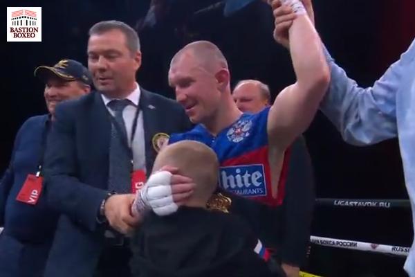 Roman Andreev es abrazado por su hijo tras victoria ante Freddy Fonseca