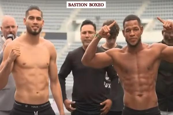 Gilberto Ramírez y Sullivan Barrera posan tras el pesaje