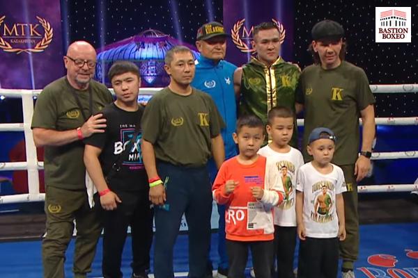 Tursynbay Kulakhmet en foto junto a su equipo después de su victoria ante Aleksei Evchenko