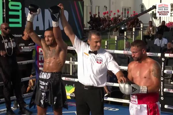 Zelfa Barrett es proclamado ganador tras su combate contra Viorel Simion