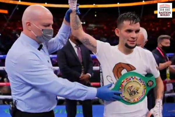 El árbitro alza el brazo de Carlos Castro proclamando la victoria de éste ante Óscar Escandón