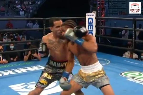 Momento del cabezazo en el combate Gary Antonio Russell vs. Emmanuel Rodríguez