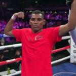 El brazo de Starling Castillo es alzado después de su combate ante Juan Carlos Burgos