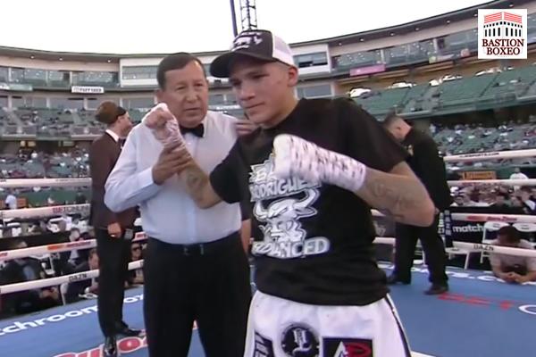 Jesse Rodríguez posa tras obtener la victoria en combate ante José Alejandro Burgos
